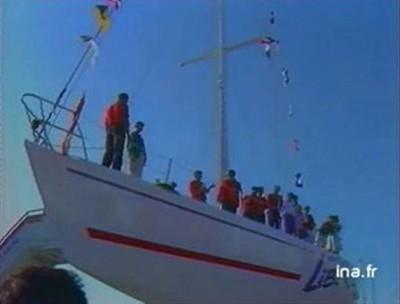 Grégory Dubourg bautiza el barco Esprit de Liberté con la sidra Manoir du Pavillon en agosto de 1989